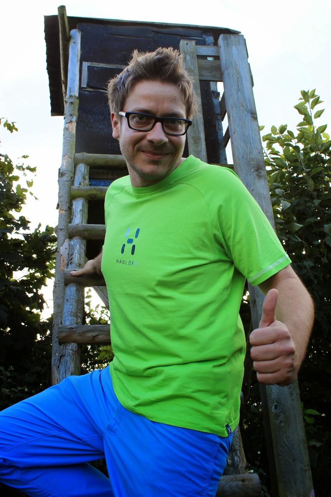 Testbericht Haglöfs Mid Trail Pant und Haglöfs Apex Logo Tee – Outdoorbekleidung die Braun und Grau den Stinkefinger zeigt